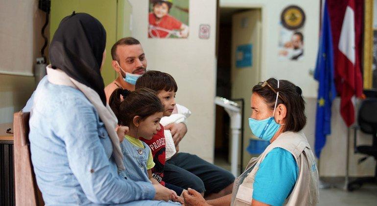 طبيبة من اليونيسف تقدم العلاج لطفل بعد أيام من التفجير.