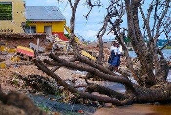 Des jeunes filles devant leur école endommagée par une tempête sur les rives du lac Tanganyika en République démocratique du Congo.