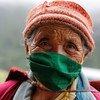 Une femme âgée attend de recevoir sa deuxième dose du vaccin contre la Covid-19 dans une communauté semi-nomade du Bhoutan.