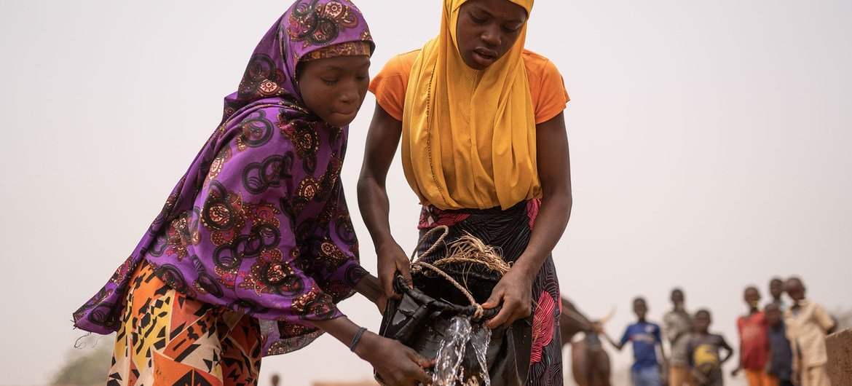 No Níger, a coleta de água pode levar até quatro horas por dia.