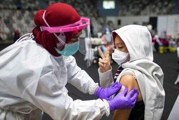 Une dose de vaccin contre la Covid-19 est administrée en Indonésie.