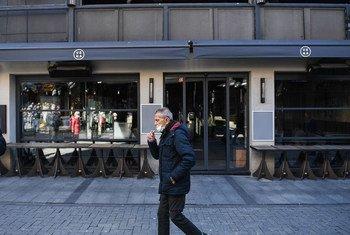新冠疫情期间,一名男子在土耳其伊斯坦布尔街头抽烟。