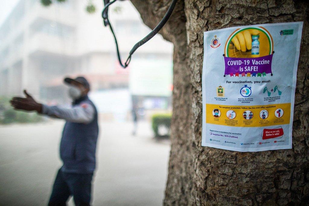 Un cartel contribuye a disipar los mitos sobre la vacuna COVID-19 en Nueva Delhi, India.