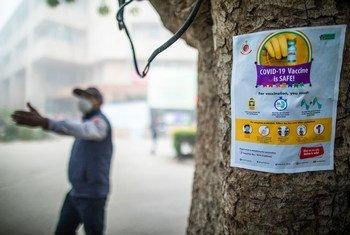 À New Delhi en Inde, une affiche joue un rôle dans la dissipation des mythes concernant le vaccin contre la Covid-19.