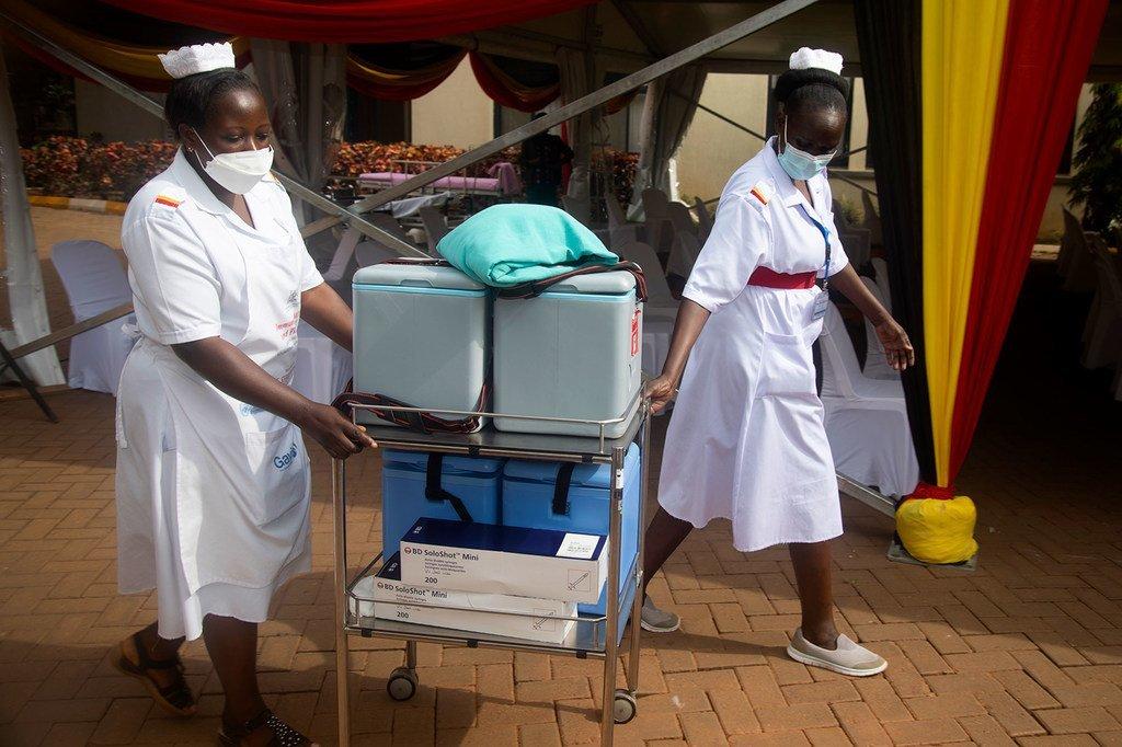 Nchini Uganda chanjo zinasafirishwa kwa kutumia miguu, boti au piki piki.