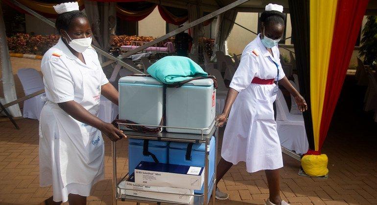 В Уганде вакцины доставляются в отдаленные районы пешком, на лодках и мотоциклах.