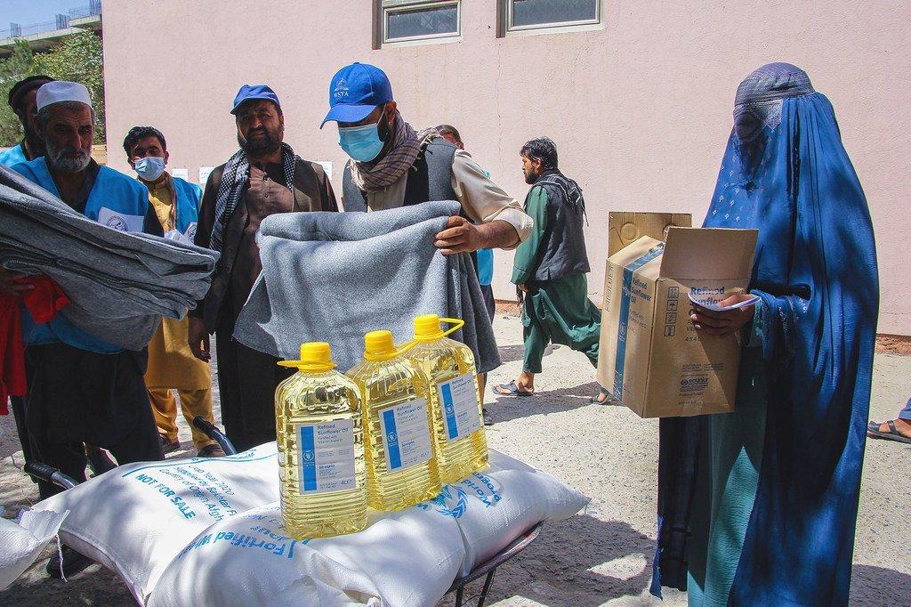 De la nourriture et des couvertures sont données à des personnes dans le besoin à Kaboul.