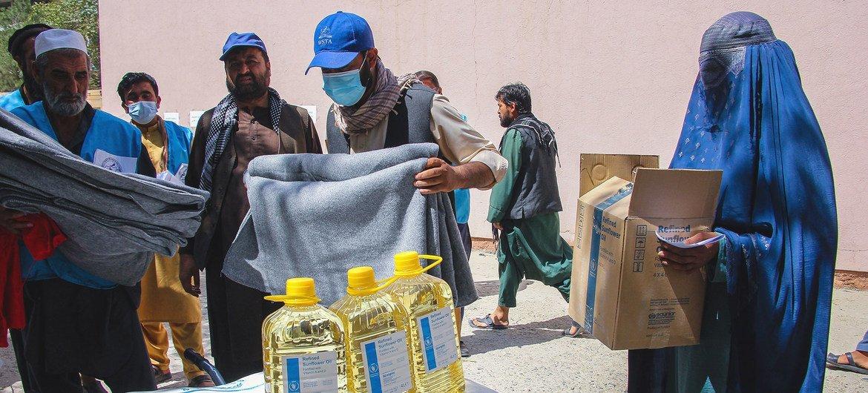 यूएन एजेंसियाँ, अफ़ग़ानिस्तान की राजधानी काबुल में, ज़रूरतमन्द लोगों को भोजन व कम्बल वग़ैरा मुहैया करा रही हैं.