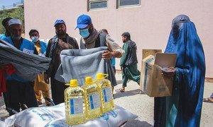 Personal humanitario de la ONU entrega alimentos y mantas a la gente necesitada en Kabul, Afganistán.
