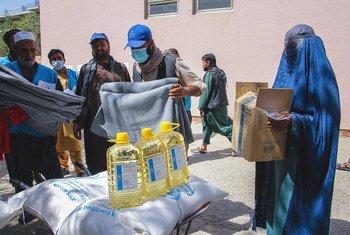 Comida e cobertores são entregues em Cabul, capital do Afeganistão