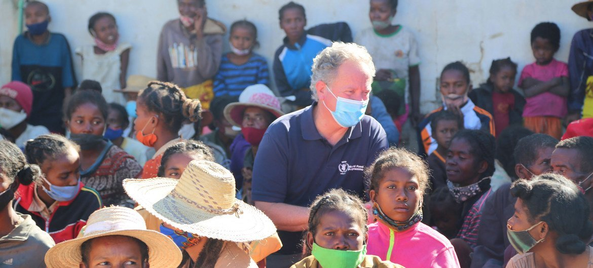 Executive Director David Beasley meets families and children seeking treatment for severe malnutrition at a nutrition centre in southern Madagascar.