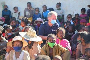 Mkuu wa WFP David Beasley akiwa na familia na watoto wanaohitaji matibabu ya utapiamlo mkali katika kituo cha Lishe Kusini mwa Madagascar