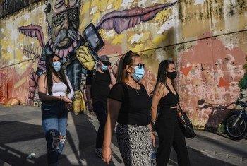 Turistas visitam bairro em Medellín, na Colômbia, durante a pandemia de Covid-19
