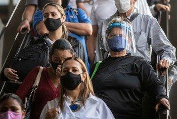 ميديلين، كولومبيا: أناس يرتدون كمامات لمنع انتشار فيروس كورونا.