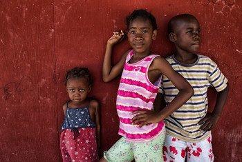 生活在海地流离失所者营地的儿童。(档案照片)