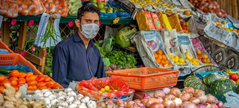 Vendedor de frutas y verduras en Pakistán
