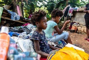 Uma família que perdeu a casa após o terremoto em agosto no Haiti.