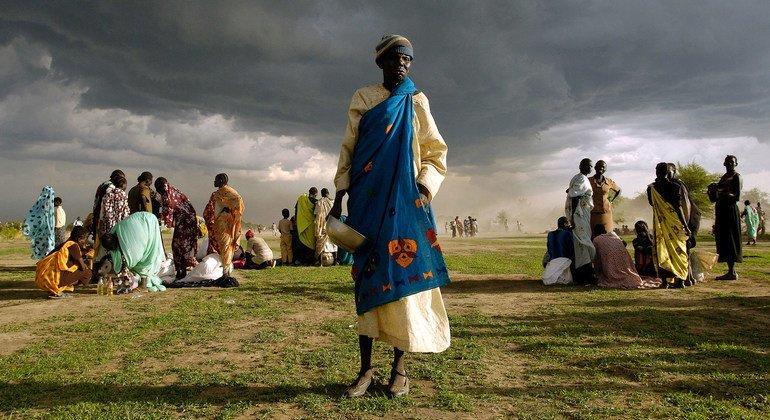 Una anciana, desplazada de su hogar en Abyei (Sudán), se prepara para recibir su ración de ayuda alimentaria de emergencia.