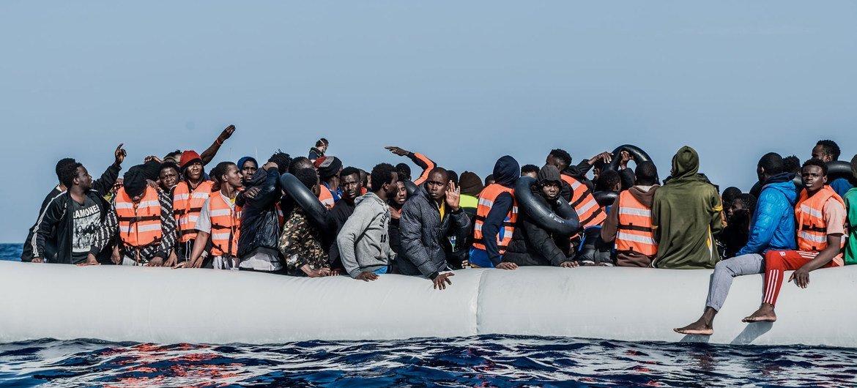 Des migrants sont secourus au large des côtes libyennes en avril par l'ONG SOS Méditerranée.