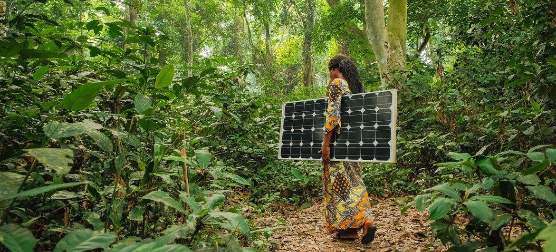 刚果民主共和国扬甘比的居民已经用上了太阳能板。