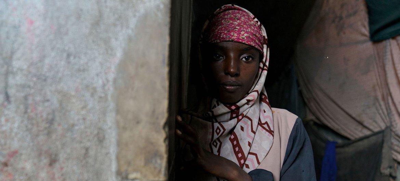 也门亚丁城内一名流离失所的女童。