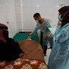 طفل رضيع يعاني من سوء تغذية حاد، يُعالج في أحد مستشفيات عدن، اليمن.