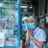 Muuguzi akiwasalimu wageni katika kliniki iliyowekwa kwenye hospitali nchini Thailand kwa ajili ya wagonjwa wenye dalili za COVID-19
