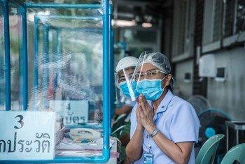 泰国一家诊所里的护士们在迎接来访者。