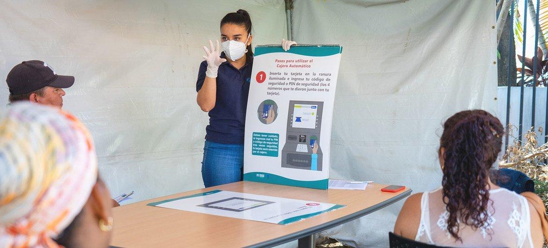Solicitantes de Asilo practican la distancia social durante una capacitación en San José, Costa Rica.
