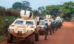 Des Casques bleus de la MINUSCA en patrouille à Bangassou, en République centrafricaine.