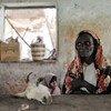 一名索马里居民在胡杜尔的一个市场卖肉,那里的食物短缺继续造成痛苦。