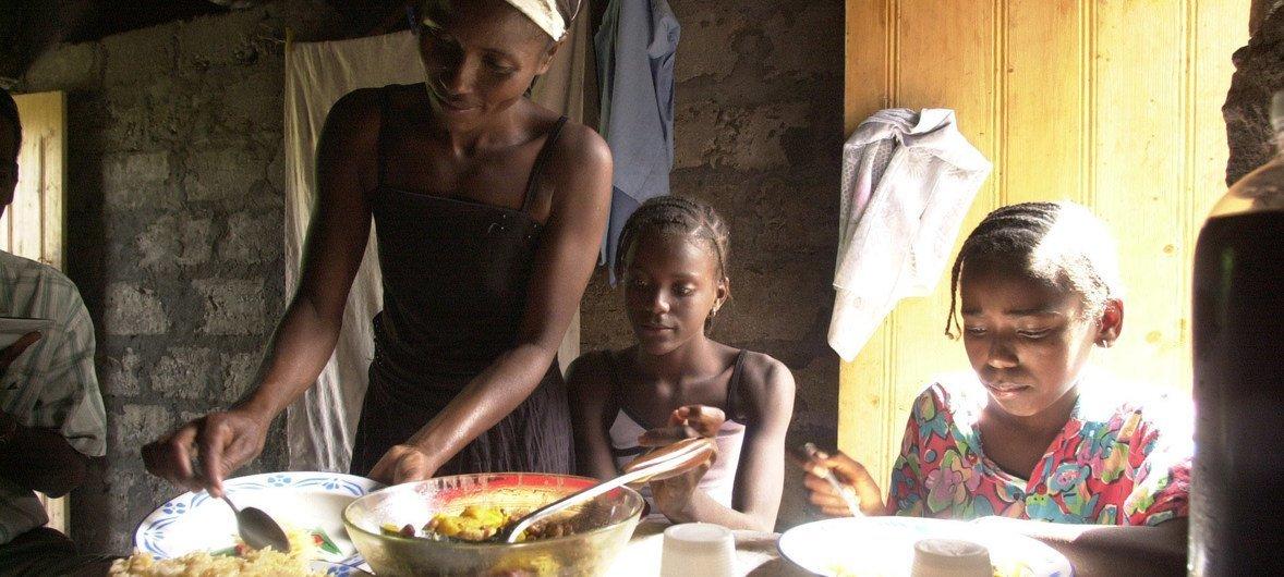 Família almoça em Cabo Verde. País é o único lusófono africano fora dos países menos desenvolvidos