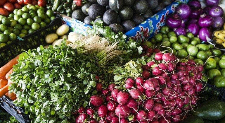 Многие жители стран с низким уровнем дохода не могут позволить себе дорогостоящее здоровое питание