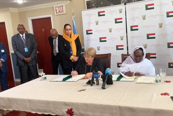 联合国人权事务高级专员米歇尔·巴切莱特(左)和苏丹外交部长阿斯玛·穆罕默德·阿卜杜拉签署协议,在苏丹设立联合国人权办事处。