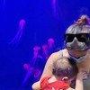 Emilie nourrit son enfant à l'aquarium de Québec au Canada