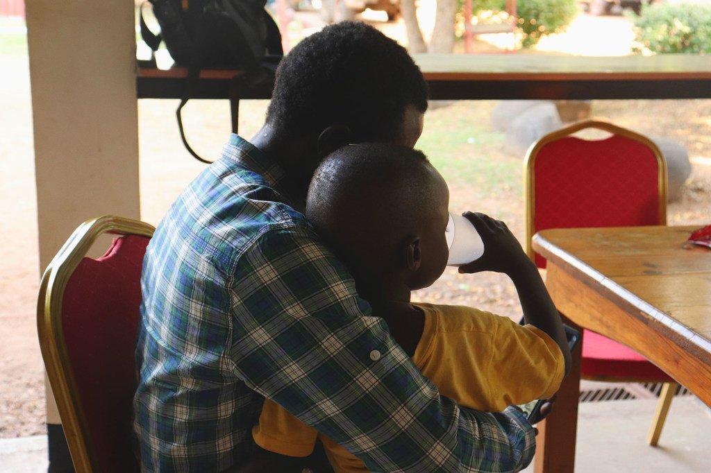 لم شمل طفل مع أبيه في جنوبا، بعد تسعة أسابيع من اختفائه خلال حادثة قُتلت فيها والدته في إسيبي، دولة جنوب السودان.
