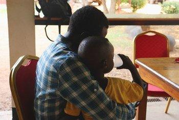 Ребенок, потерявший мать, возвращен отцу. Джуба, Южный Судан.