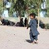 Crianças que vivem no campo de deslocados de Haji, em Kandahar, no Afeganistão, não têm mais acesso à escola