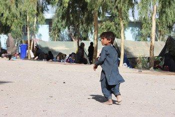 Ребенок в лагере для перемещенных лиц в Кандагаре. В Афганистане - полмиллиона внутренне перемещенных лиц