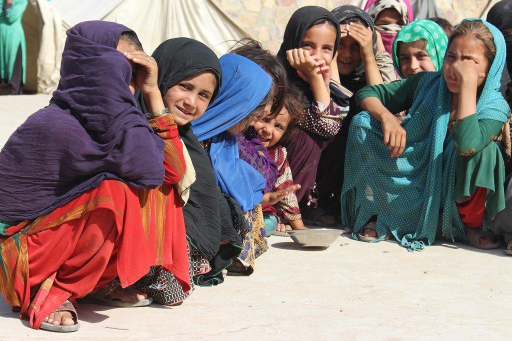 Niñas jóvenes en un campamento de refugiados en la provincia de Kandahar.