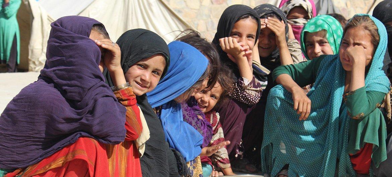 Grupo de crianças que fugiu do conflito e foi para um acampamento de deslocados em Kandahar