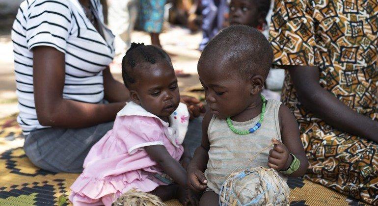 Mafunzo ya kutengeneza wanasesere katika kituo cha lishe huko Yambio Sudan Kusini ili watoto waweze kucheza.