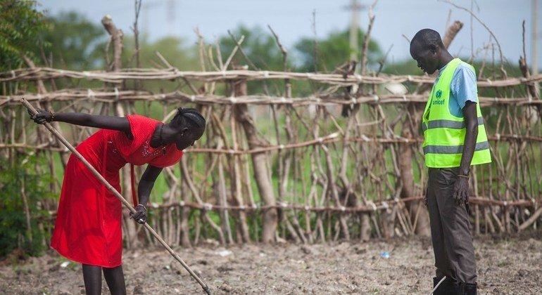 Nyamilow Nangdor (kushoto) mama wa watoto wanne akiwa kwenye shamba darasa la kilimo cha mboga za majani huko Bentiu, Sudan Kusini.