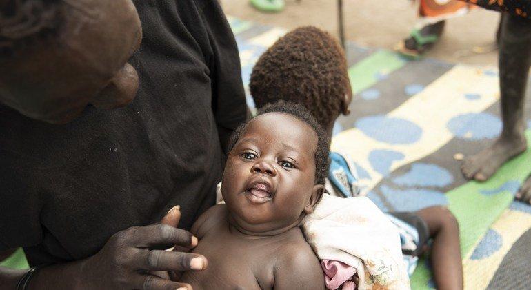 Bathi Kuju akicheza na mwanae mdogo Gol katika kituo cha lishe huko Pibor, Sudan Kusini.