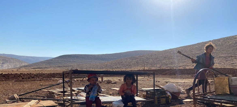 Niños de Ras al Tin en Cisjordania luego de la confiscación de sus casas y tanques de agua por Israel e l14 de julio de 2021.