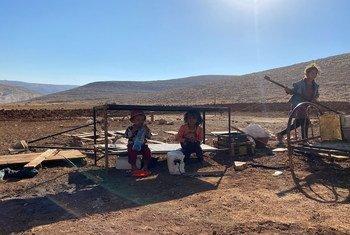 أطفال من راس التين في الضفة الغربية بعدما صادرت القوات الإسرائيلية منازلهم وخزانات مياههم وحظائر مواشيهم، 14 تموز/يوليو 2021