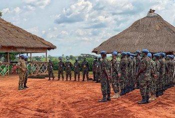 Kikosi cha kulinda amani cha Tanzania nchini Jamhuri ya Afrika ya Kati CAR wakizungumza na kamanda wa kikosi.