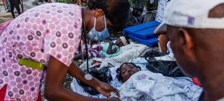 Una enfermera atendiendo a los pacientes de un hospital en Les Cayes, luego del terremoto del 14 de agosto.