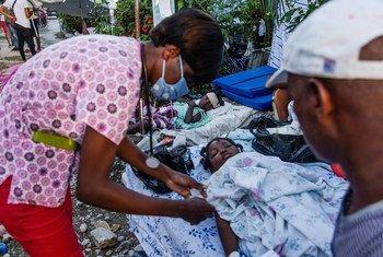 Une infirmière fournit une assistance temporaire aux patients qui attendent des soins médicaux dans un hôpital des Cayes, en Haïti, à la suite du tremblement de terre de magnitude 7,2.