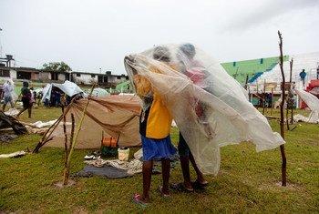 Les habitants des Cayes, déplacés par le tremblement de terre de magnitude 7,2 du 14 août 2021, s'abritent de la dépression tropicale Grace sous une bâche en plastique sur le terrain de football du Stade des Gabio.